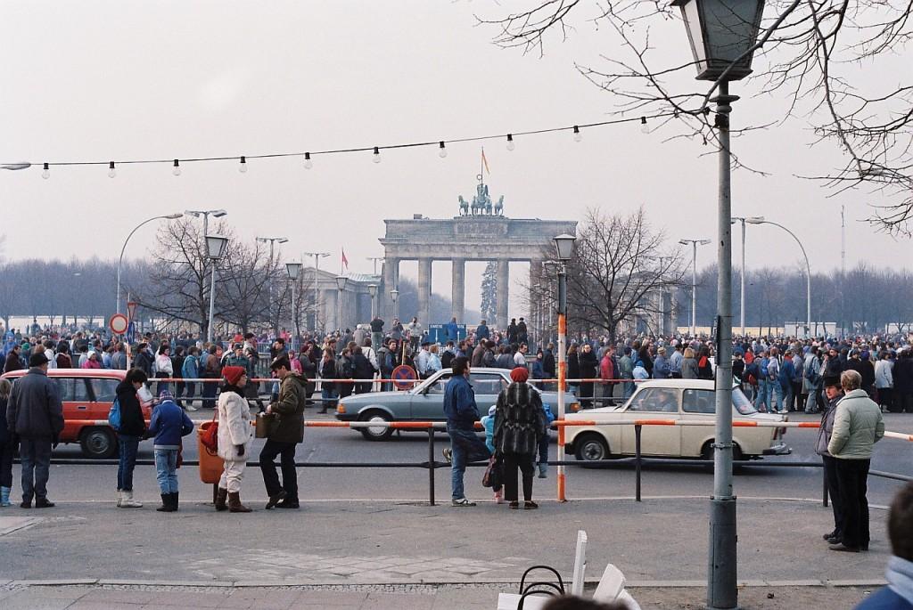 Бранденбургската врата гледана от изток - 1989 год. В дъното се вижда се Берлинската стена