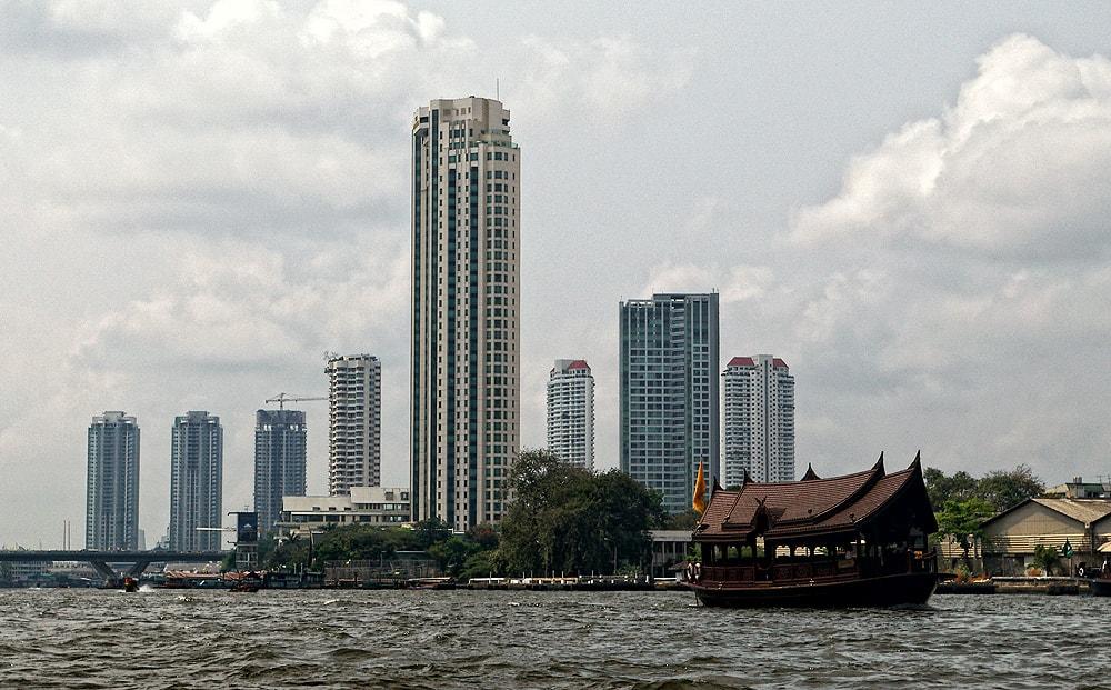 Река Чао Прая разделя града на две