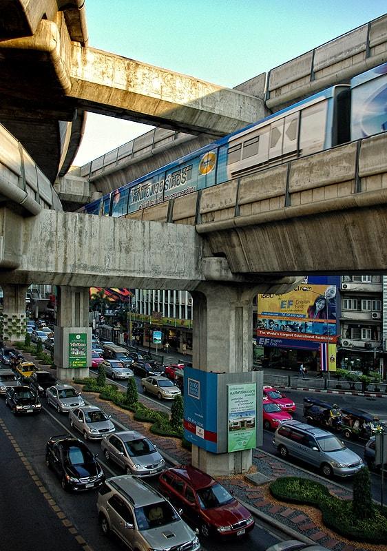 Известно облекчение за трафика на Банкок са модерното метро, skytrain-а (на снимката) и платените магистрали, които минават над града