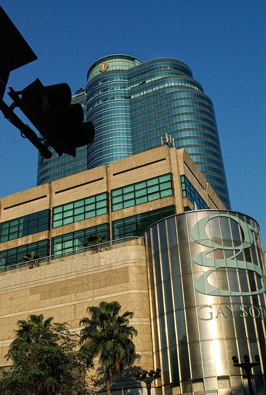 Огромни търговски центрове и бизнес сгради в центъра на града