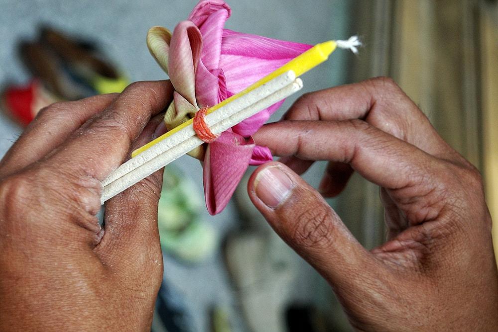 Листата на ритуално поднасяния лотос се сгъват по определен начин